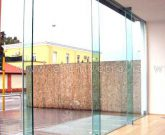 Facciata con travi in vetro strutturale