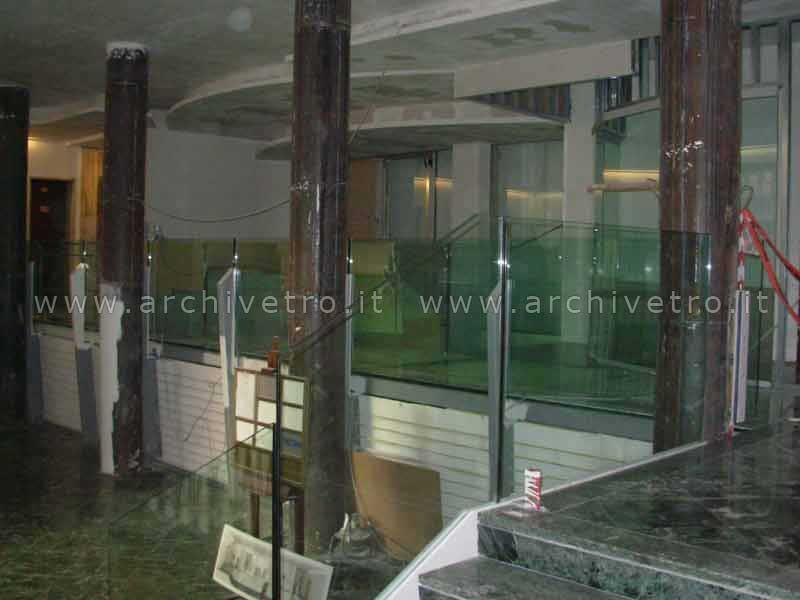 Parapetti in vetro strutturale con fissaggio a battipiede