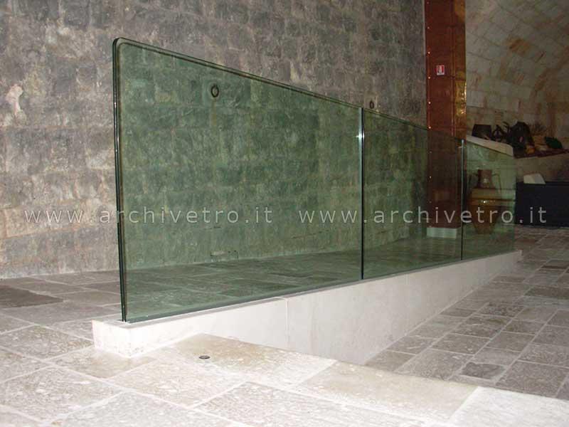 Varie realizzazioni di parapetti in vetro strutturale