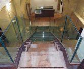 scale moderne in vetro e acciaio corten