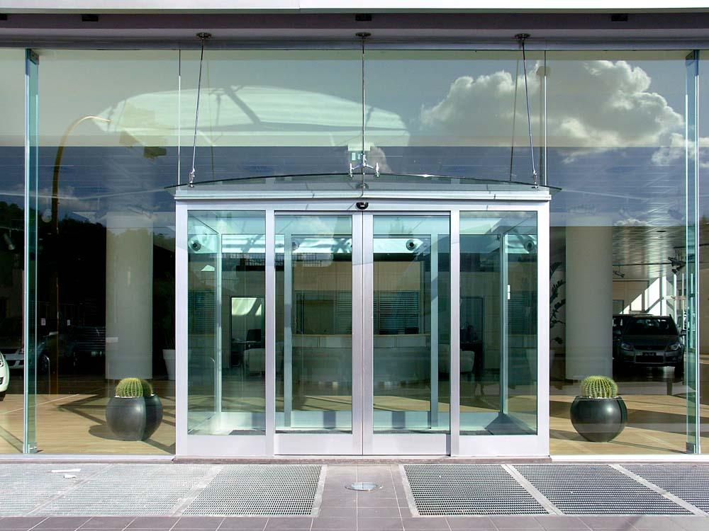 Facciata con travi in vetro strutturale archivetro - Parete vetrata esterna ...